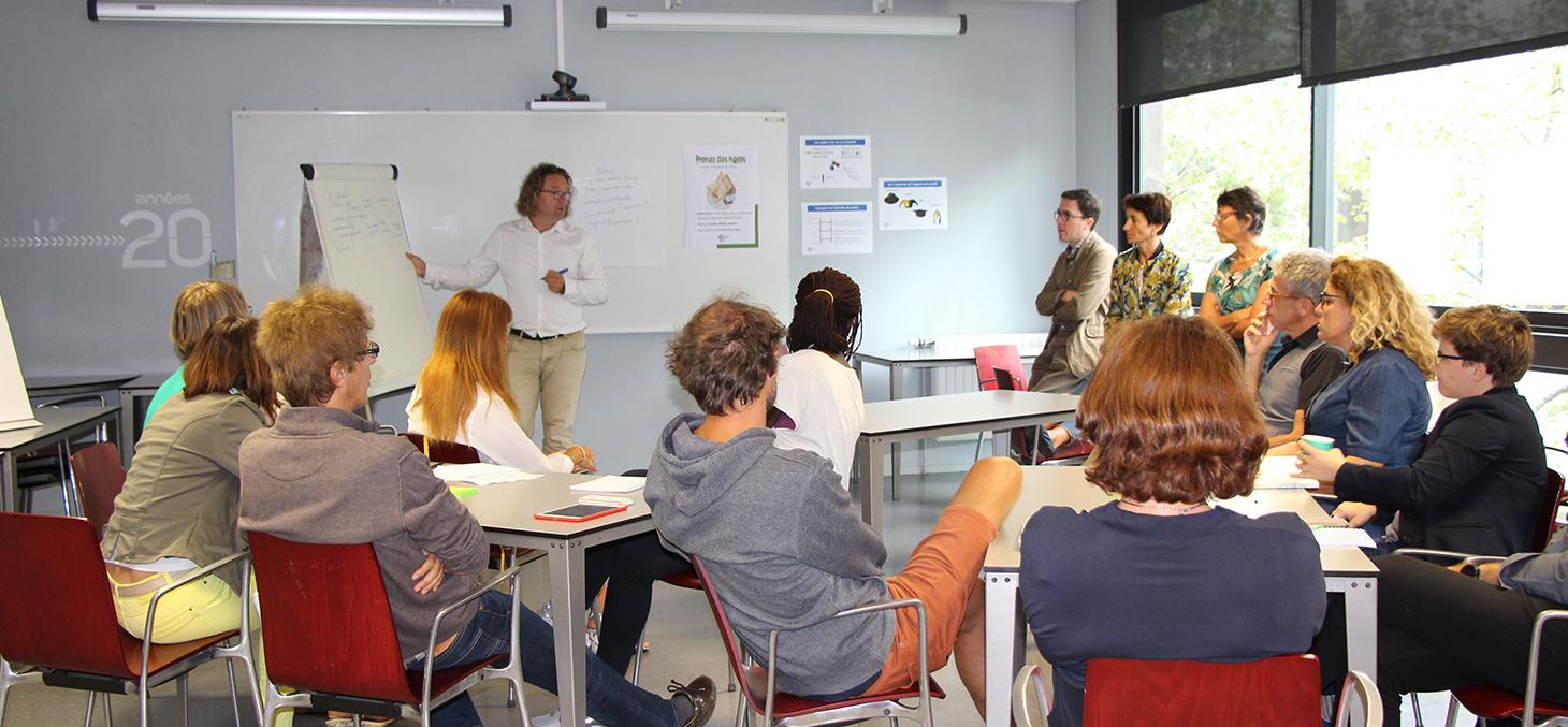 Les enseignants interagissent et se forment